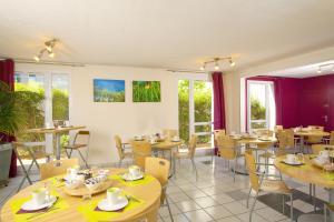 A restaurant or other place to eat at Séjours & Affaires Toulouse de Brienne