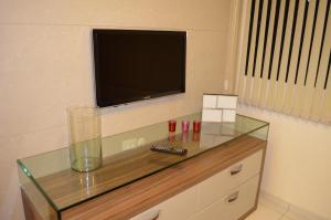 A television and/or entertainment centre at Apartamento Costa Azul