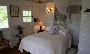 A bed or beds in a room at Firefly Cottages