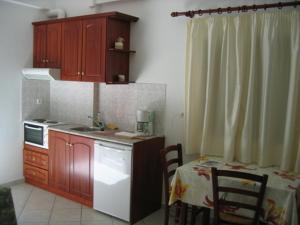 Een keuken of kitchenette bij Nikas Villa Orange Apartments