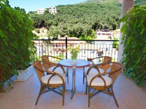 Een balkon of terras bij Nikas Villa Orange Apartments