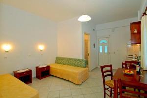 Een zitgedeelte bij Nikas Villa Orange Apartments