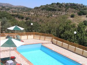 Vista sulla piscina di Stratos Villas o su una piscina nei dintorni
