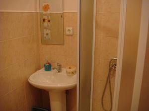 A bathroom at Cheap & Good Apartments
