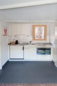 A kitchen or kitchenette at Cabana Apartments