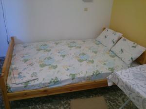 Łóżko lub łóżka w pokoju w obiekcie Vogiatzis Rooms