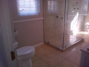 A bathroom at Kenjockity Self Catering Apartments