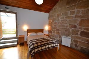 A bed or beds in a room at Casa de Santa Cristina