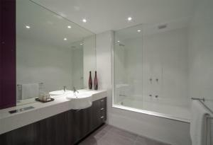 A bathroom at Tyrian Serviced Apartments Fitzroy