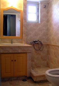 A bathroom at Agnadio Studios