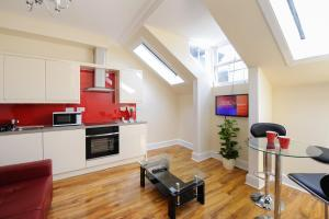 A kitchen or kitchenette at Edinburgh City Suites