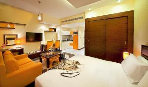 Een zitgedeelte bij Marina View Deluxe Hotel Apartment