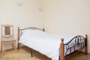A bed or beds in a room at KvartiraSvobodna - Apartment at Bolshoy Kondratyevskiy