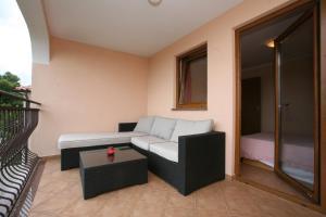 A seating area at Apartments Neda I - Poreč South
