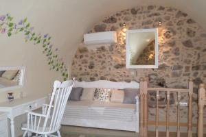 A bed or beds in a room at To Petradi