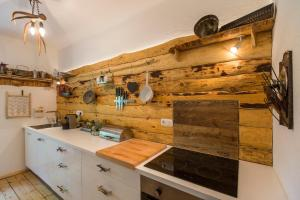 A kitchen or kitchenette at Foresthouse-Holidaysun