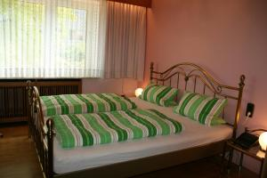 A bed or beds in a room at Boardinghouse im Brauhausviertel