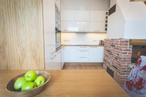 A kitchen or kitchenette at Arina Guest Apartment