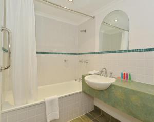 A bathroom at Reef Club Resort