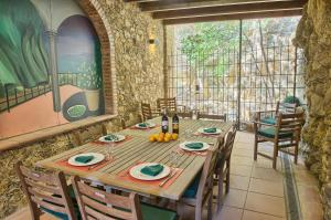 A restaurant or other place to eat at Sa Tuna Villa CEMA