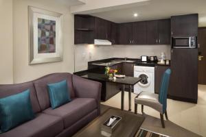 A cozinha ou kitchenette de Savoy Central Hotel Apartments