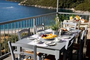 A restaurant or other place to eat at Poros Beach