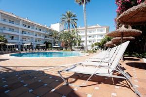 Het zwembad bij of vlak bij Grupotel Alcudia Suite