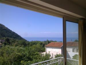 O vedere generală la mare sau o vedere la mare luată din acest apartament