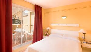 מיטה או מיטות בחדר ב-Aparthotel Bertrán