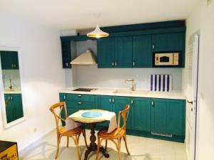 A kitchen or kitchenette at Villa Blue