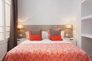 A bed or beds in a room at Click&Flat Seneca Suites