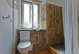A bathroom at LxWay Apartments Diario de Notícias Color