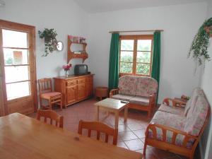 Ein Sitzbereich in der Unterkunft Villas Cala'n Bosch