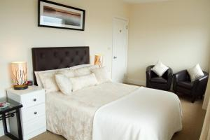 A bed or beds in a room at Harbour View B&B