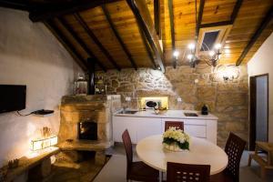 A kitchen or kitchenette at Casa de Ribô
