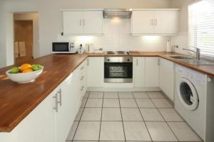 A kitchen or kitchenette at The Potting Shed Self Catering