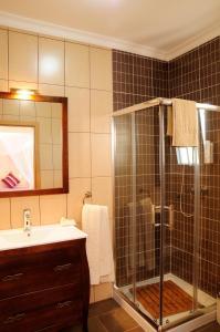 A bathroom at Corvos e Cadavais