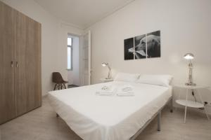 A bed or beds in a room at Centric Sagrada Familia Apartments