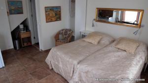Een bed of bedden in een kamer bij Three Sisters Studio Apartments