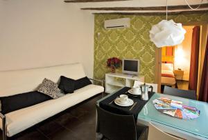 A seating area at Apartaments Ciutat Vella