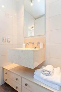 Um banheiro em Departamentos Costa Nueva de Lyon