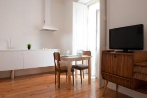 A television and/or entertainment centre at Coimbra Vintage Lofts Apartments
