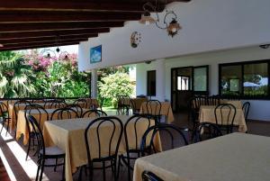 Ein Restaurant oder anderes Speiselokal in der Unterkunft C'era Una Volta