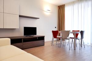 A television and/or entertainment center at BB Hotels Aparthotel Bicocca