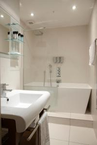A bathroom at 2 Bedroom Bloomsbury Way