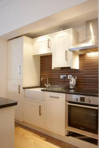 A kitchen or kitchenette at 2 Bedroom Bloomsbury Way
