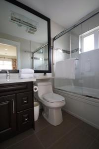 A bathroom at Kitsilano Home 2 Home