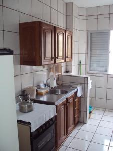 Una cocina o zona de cocina en Residencial João Brollo