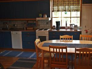 A kitchen or kitchenette at Auringonnousu Cottage