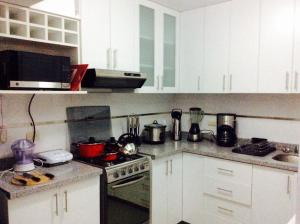 A kitchen or kitchenette at Bonito Apartamento en Miraflores